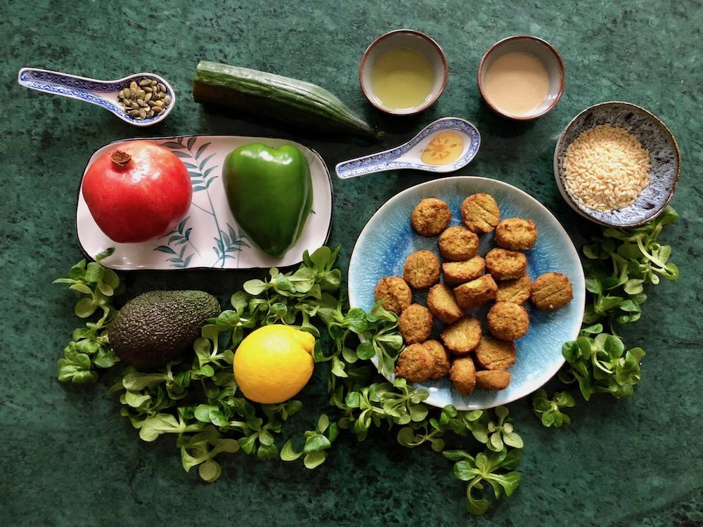 Ingrediënten falafelsalade met tahindressing