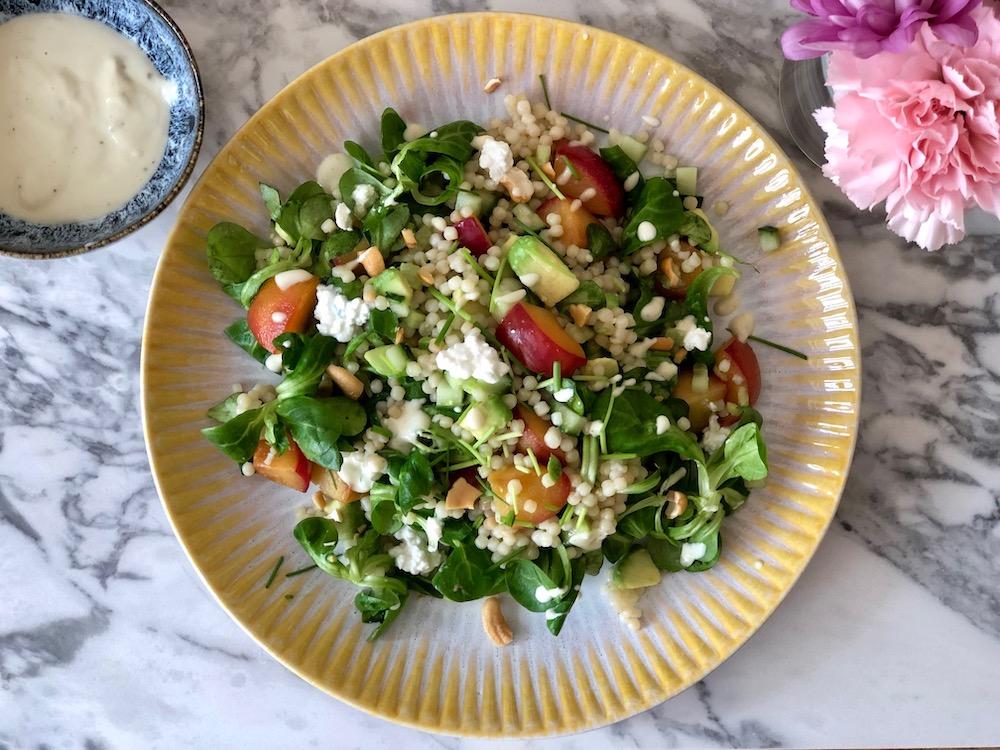 Parelcouscous salade met gegrilde pruim