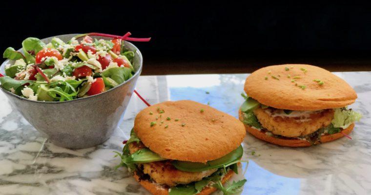 Zalmburgers met een groene salade